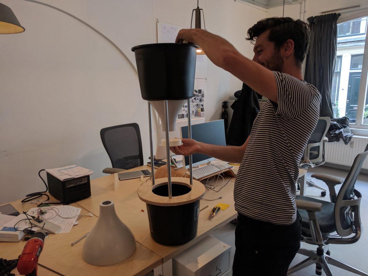 Бизнес-идея: сбор окурков с помощью ворон