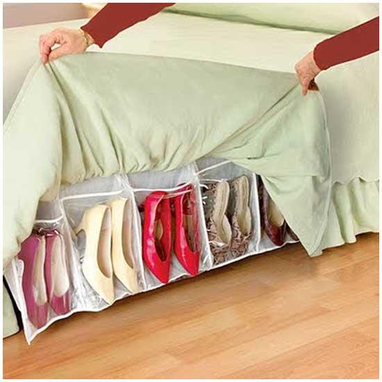 Идея № 2115. Карманы для хранения тапок в покрывале на кровати