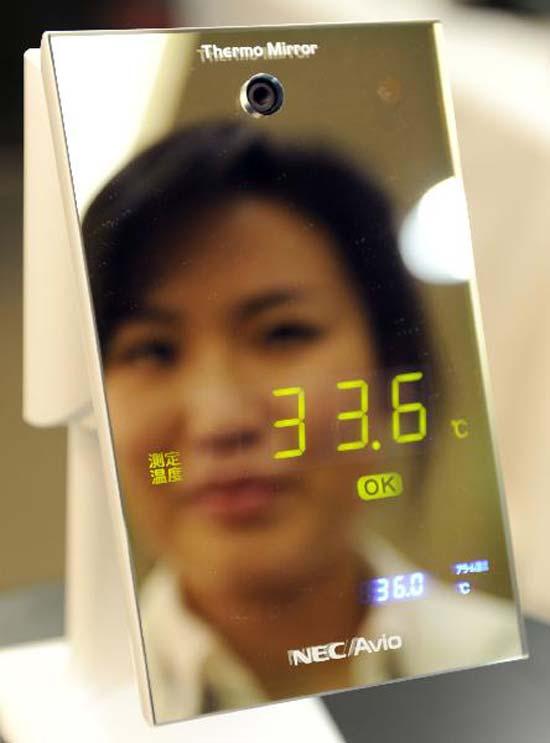 еркало-термометр измеряет температуру тела человека без необходимости физического контакта благодаря работе встроенных инфракрасных датчиков.