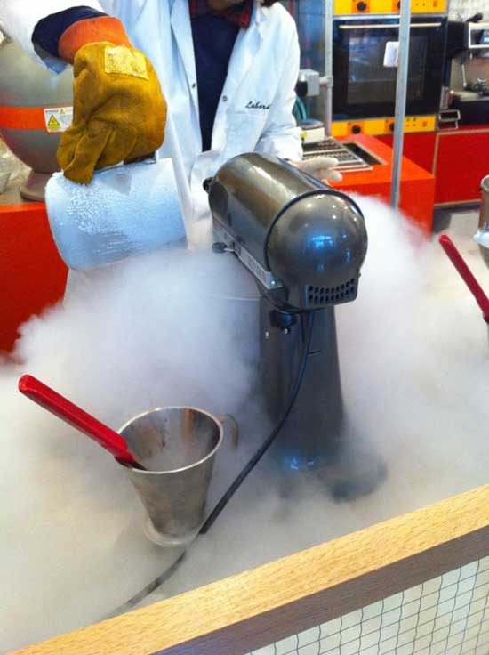 В этом кафе-лаборатории посетителям предлагают отведать мороженого не совсем обычного вкуса — с базиликом, зеленым чаем, эстрагоном, которое вряд ли подадут в обычном кафе.