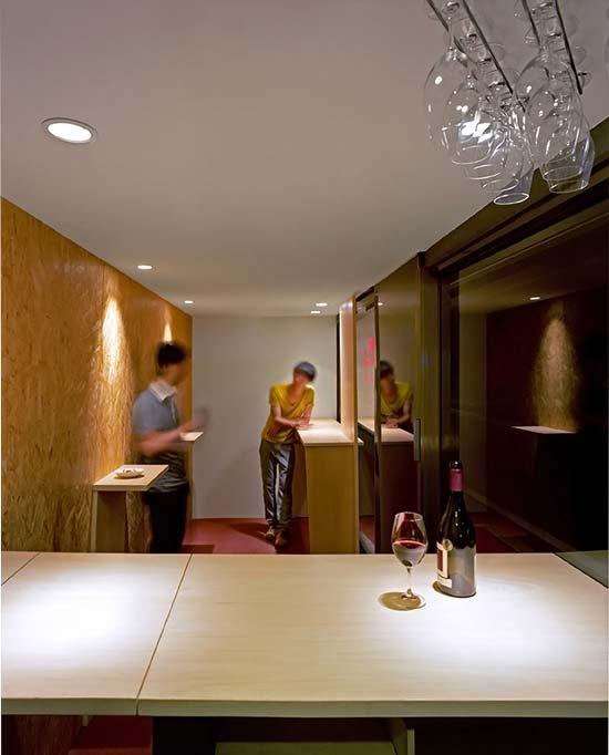 Кафе-театр напоминает реалити-шоу «За стеклом», а ведь многим людям нравится быть на виду, и они получают от этого удовольствие.