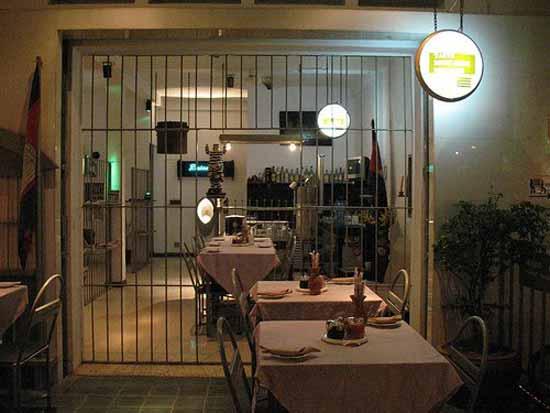 Ресторан в тюрьме пользуется такой огромной популярностью среди граждан страны и туристов, что столик заказывать нужно не менее, чем за месяц.