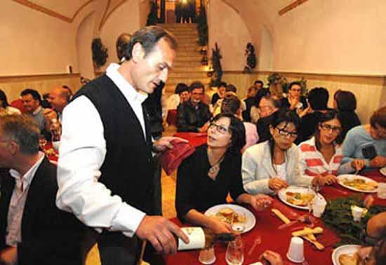 В этом необычном ресторане в тюрьме заключенные руководят процессом на всех его этапах - начиная от приготовления пищи (повара и их помощники) и обслуживания посетителей (официанты), заканчивая управляющими должностями.