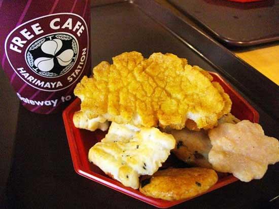 Бесплатное кафе Free Caf? Harimaya Station - идея компании Harimaya Honten, которая занимается производством традиционных японских рисовых крекеров.