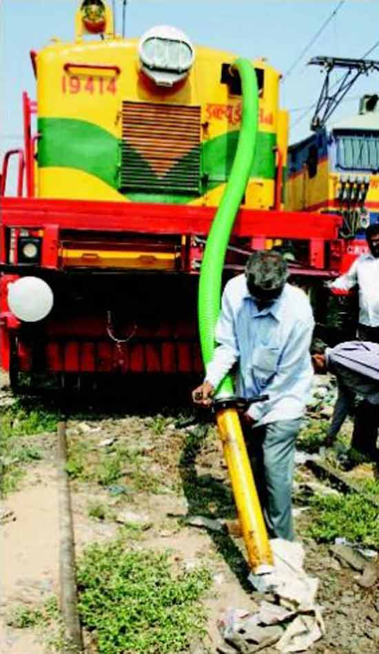 Поезд-пылесос был разработан индийскими инженерами в городке Парел (Parel).