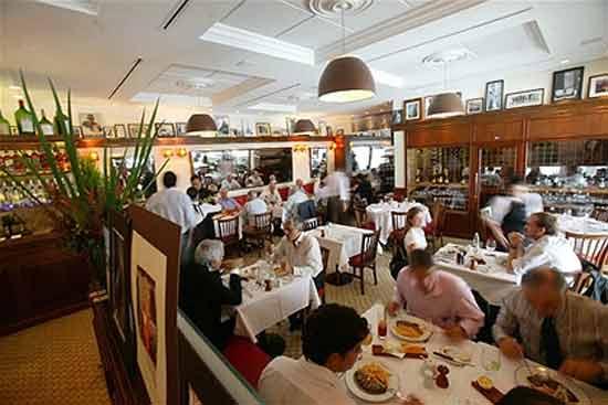 """В французском ресторане, который называется  L'Entrec?te de Paris ( «Антрекот Парижа») подают только одно блюдо -  """"entrec?te with sauce and fries"""" (антрекот с соусом)."""