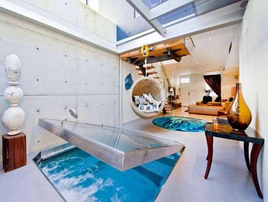 Бассейн для гостиной прекрасно вписывается в дизайн комнаты и не отнимает, сколько бы то ни было свободного места.