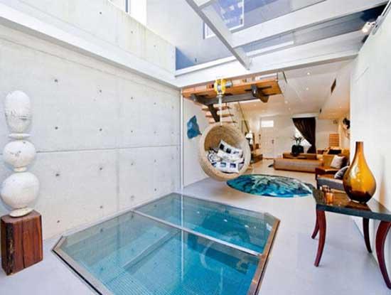 Living Room Pool - бассейн для гостиной является встраиваемой конструкцией, которая располагается в подпольной части жилой комнаты, а сверху закрывается стеклянной крышкой, по которой можно смело передвигаться.