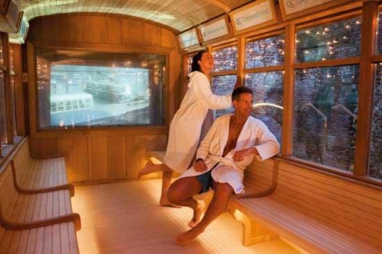 Вагон трамвая-сауны разделен на две части, в одной из которых расположилась парилка, самая настоящая с деревянным скамьями, печкой и углями, а во второй - комната отдыха с раздевалкой, холодильником и диванами.