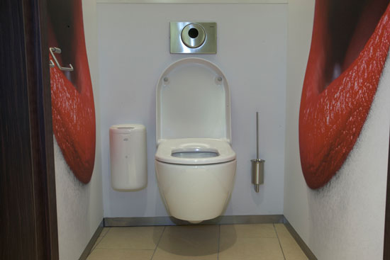 Голландская компания 2theloo открыла свой туалетный бизнес, обустроив платные комфортабельные туалеты в городских центрах, торговых центрах, поездах и АЗС.