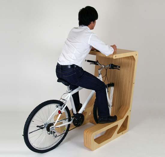 Проект архитектурной компании STORE MUU получил название PIT IN desk («пит стоп за столиком»).