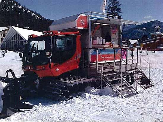 Компания Roving Mammoth организовала доставку еды лыжникам  в горы на снегоходах.