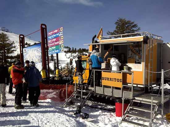 В Roving Mammoth оборудовали списанные снегоходы компании Piston Bully Edge небольшими кухнями, и теперь старые снегоходы превратились в торговые палатки, где можно купить свежую еду прямо на вершинах гор.