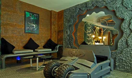 В одном из тайванских отелей под названием Eden Motel, можно  снять номер супергероя, который выполнен в стиле комнаты известного супергероя – Бэтмена.