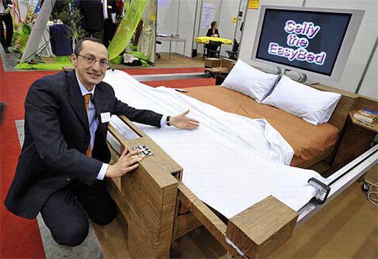 Идея этого изобретения принадлежит Энрико Беррути (Enrico Berruti) и называется оно Selfy - самозаправляющаяся кровать.