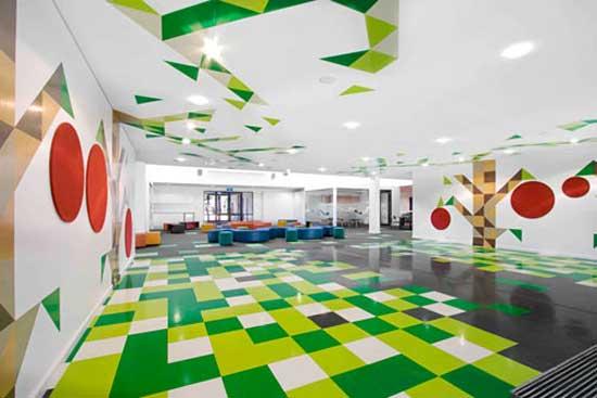 Идея создать яркий необычный интерьер школы с геометрическими мотивами принадлежит архитектурной компании Smith+Tracey Architects.