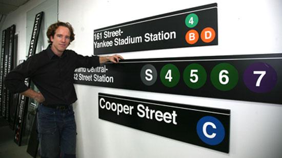 Для создания дизайна знаков для метро, Тревор использует современные компьютерные программы, а для вырезки металла использует специальный станок.