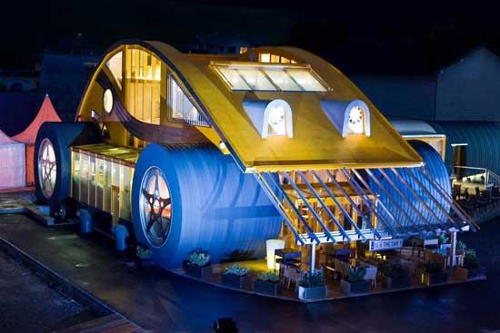 """Два необычных здания в стиле Volkswagen Beetle, одно из которых настоящий дом, второе - ресторан """"The Car . Das Auto"""" построены в Австрии, в Зальцбурге."""