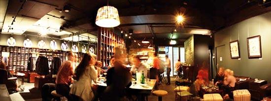 Магазин - бар называется просто и лаконично Shirt Bar (Рубашки и бар).
