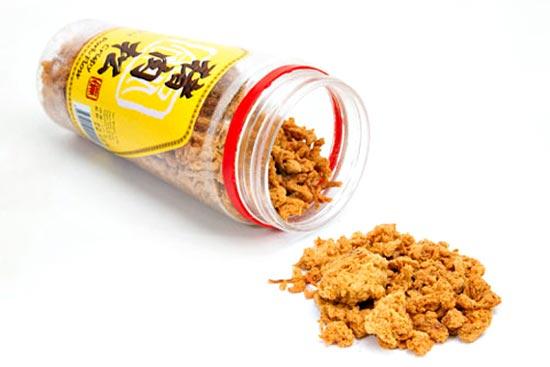«Беконная вата», которая также известна, как «мясная вата» (meat floss) и «съедобная шерсть» (meal wool), это сахарная вата, но сделанная не из сахара, а из сухой, мягкой, тщательно измельченной свинины, приправленной соевым соусом и похожей на всклокоченные волокнистые комки.