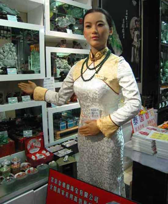 Теперь робот стал представителем персонала ювелирного магазина в Пекине, Китай.  Сам владелец магазина так и говорит, что миловидный робот- девушка, которую зовут Xiao Jin, это всего лишь новый способ привлечь внимание клиентов.