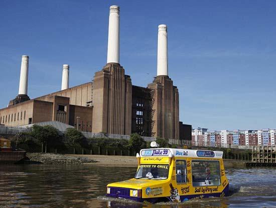 Этим летом в Лондоне впервые появились плавающие киоски с мороженым, получившие гордое название – киоск – амфибия с мороженым.