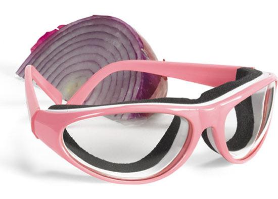 Очки против лука Onion Goggles - изобретение 36-летнего американца из Огайо Криса Хокера (Chris Hawker), они сконструированы таким образом, что  гигиеническая пена вокруг оправы защищает глаза от ядовитых испарений и запахов, и при этом стекла очков не запотевают.