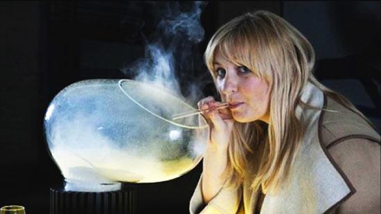 С помощью аппарата для вдыхания еды принимать можно в виде съедобного пара не только торт или карамель, но и  различные спиртные напитки.