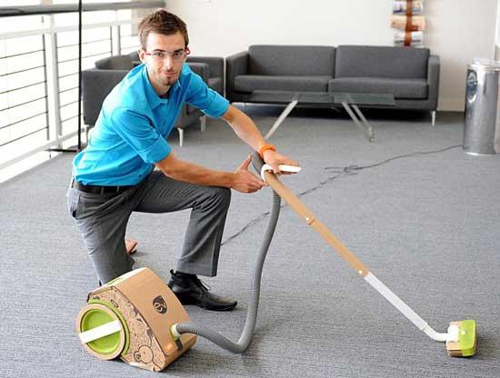 Британский студент 22-летний Джейк Тайлер изобрёл первый в мире картонный пылесос с помощью вторичного использования картонной упаковки.