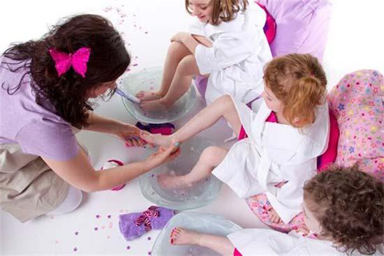 В Нью-Йорке открылся необычный Spa-салон для девочек, где каждая юная модница может пройти курс настоящих spa-процедур.