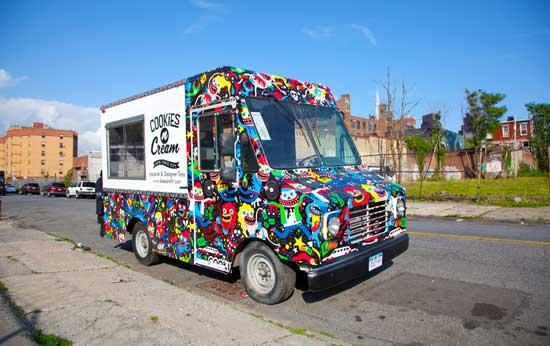 Американские предприниматели придумали простую концепцию мобильного бизнеса - бутик на колесах, который колесит по окрестностям Нью-Йорка и продает дизайнерские футболки в стиле хип-хоп.