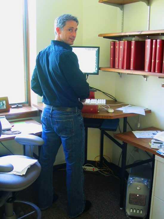 Американская компания standupdesks.com стала производить столы для работы стоя 17 лет назад.