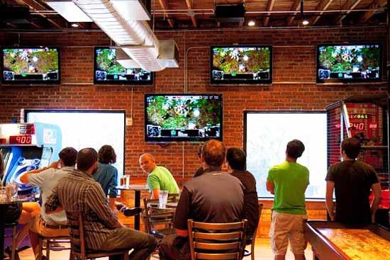 Для владельцев спортбаров в США трансляция чемпионатов по видео-играм стала новым ключевым источником дохода, который им приносят люди, помешанные на компьютерных играх, и которые раньше не посещали бары.