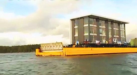 Мобильный жилой дом был собран с помощью крана на судостроительном заводе, а затем его благополучно перевезли на пароме на южное побережье Финляндии.