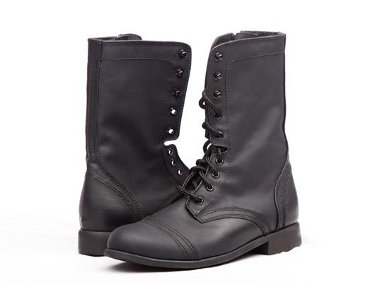 Военные ботинки из искусственной кожи с боковой молнией – модные, вызывающие и, как и вся обувь под маркой «Elizabeth's», качественные, комфортные и отлично подходят для ежедневного ношения.