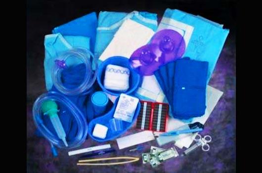 Набор для проведения обходного анастомоза на желудке в домашних условиях включает: набор скальпелей, вату, бинт, медицинскую одежду, судно для рвоты и другие хирургические принадлежности.