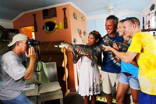 Майк Старджилл (Mike Sturgill) зарабатывает себе на жизнь, предлагая всем желающим за скромную плату в пять долларов подержать на руках, сфотографироваться и пообниматься с его домашним крокодилом.