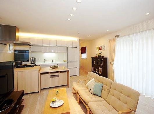 В рамках программы пробной аренды квартир, которая действует с лета, молодые незамужние женщины в возрасте от 20 до 35 лет могут снять одну из десяти комнат на срок не более четырех недель.