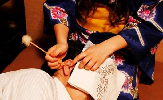 Услуга чистки ушей которую предлагает салон чистки ушей Yamamoto Mimikaki-ten, занимает полчаса и стоит 2,700 йен (около $32).