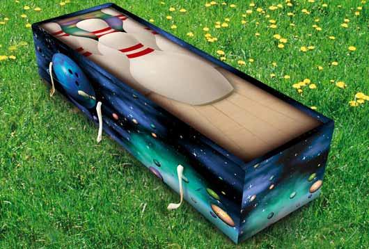 Изделия под брендом Creative Coffins производятся из 60 % переработанной бумаги и древесной стружки, что позволяет их использовать как для погребения, так и для кремации.