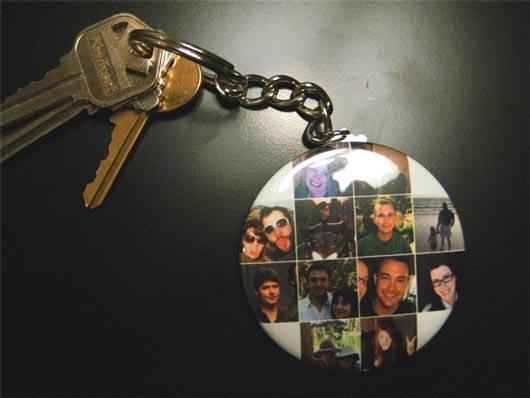 Недавно в ассортименте CrowdedInk lab появился новый гаджет - брелок на ключи с фотографиями друзей с twitter или Facebook.