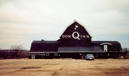 Don Q Inn - это love-отель, который снаружи похож на обычный фермерский дом, предлагает своим посетителям на выбор 60 комфортабельных номеров с различными дизайнами (причем ни один из них не повторяется).