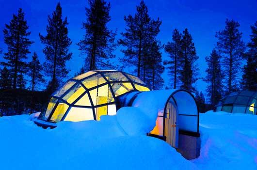 К числу таких необычных тематических отелей можно отнести гостиницу Kakslauttanen, расположенную на севере Лапландии рядом с национальным парком Урхо Кекконена и резиденцией финского Санта Клауса.