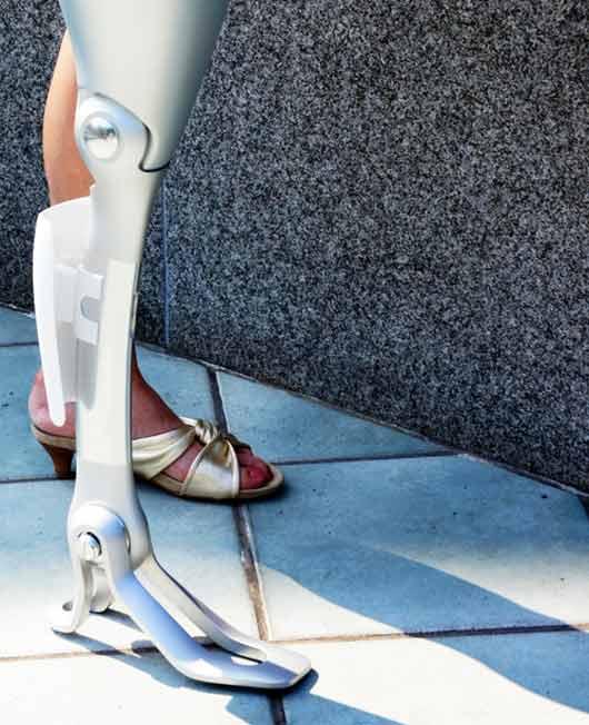 Пластина на серебристом женском протезе, расположенная в районе голени, выглядит довольно необычно, однако в широких брюках или джинсах она позволяет создать силуэт здоровой ноги.