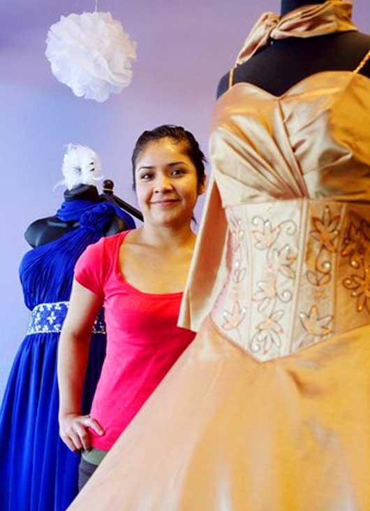 Магазин нарядных платьев работает всего несколько недель, а Норма с энтузиазмом объезжает окрестности (Калифорнию и Лос-Анжелес), изучая ассортимент тамошних магазинов.