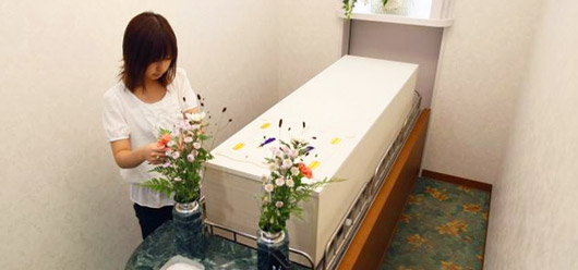 Автор необычной бизнес-идеи 71-летний японец Хисайоши Терамура ( Hisayoshi Teramura ) уверен, что спрос на услуги его необычного отеля для мертвых будет только расти.