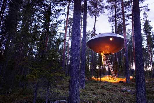 В Швеции Harads открылся отель-летающая тарелка, который располагается прямо на дереве на высоте 3-4 метра от земли, в самом живописном лесу на берегу реки Lule River в 40 км от Полярного круга.