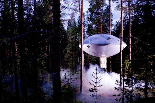 Построен отель-летающая тарелка в рамках проекта The Treehotel шведскими дизайнерами, и по форме действительно напоминает НЛО.