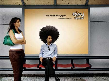 Креативная реклама сайта музыки в стиле hip hop на остановочных комплексах