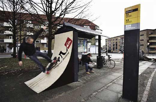 Необычная реклама на автобусной остановке от Quicksilver